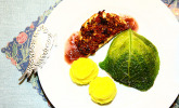 Sellerie unter der Tomaten-Pinienkernkruste, Rotweinreduktion, Wirsingpäckchen und Safran-Kartoffelpüree