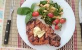 Würzige Schweinekoteletts vom Grill mit Schupfnudel-Salat