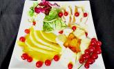 Früchteplatte herzhaft mit Blattsalat, Hähnchenbrust und Currydressing