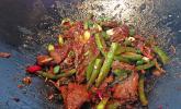 Rindfleischstreifen mit Paprika im Wok