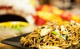 Chinesisch gebratene Nudeln mit Hühnchenfleisch, Ei und Gemüse