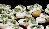 Warmer Ziegenkäse auf Knoblauchbaguette mit Rote Bete - Salat