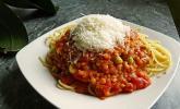 Linsenbolognese mit Pasta und Frühlingszwiebeln