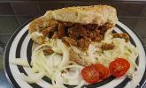 Roros Gyros im Fladenbrot mit Tzatzki, Zwiebeln und Krautsalat