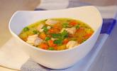 Schnelle Gemüsesuppe mit Kokosmilch und Lachswürfel