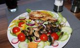 Bunter Salatteller mit Putenbrust und Pilzen