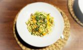 Rezept Cremige Emmentaler-Nudeln mit Wirsing, Nürnberger Würstchen, Karotten und Rucola-Topping