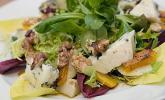 Rezept Herbstlicher Salat mit gebratenem Kürbis, karamellisierter Birne, Blauschimmelkäse und Walnüssen