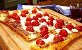 Blätterteigpizza mit Ziegenkäse, Honig und Kirschtomaten