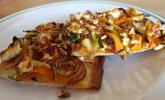 Flammkuchen mit Zucchini-Möhrengemüse, Hirtenkäse und Sonnenblumenkernen