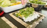 Schritt 9: Mit Rucola Salat und Erdnüssen bestreuen.
