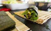 Schritt 11: Olè! Den fertigen Sushi Burrito könnt ihr noch in Backpapier oder Alufolie wickeln und schräg halbieren. Die Sojasauce zum Dippen in eine kleine Schüssel geben. Wir wünschen guten Appetit!