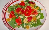 Kapuzinerkressesalat mit Joghurtsauce