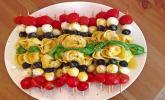 Marinierte Tortellini-Spieße mit Mozarellabällchen und Cherrytomaten