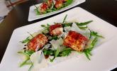 Gebratener Schafskäse im Speckmantel auf Rucola-Parmesan-Salat