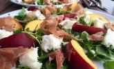 Rucola Salat mit Mozzarella, Pfirsichen, Rohschinken und Honigdressing