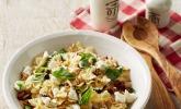 Nudelsalat mit getrockneten Tomaten, Pinienkernen, Schafskäse und Basilikum
