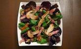 Feldsalat mit sautierten Steinpilzen und Speck