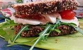 Sandwich mit Tomate, Mozzarella, Hähnchen, Rucola und Pesto
