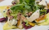 Salat mit Kürbis, Birne, Blauschimmelkäse und Walnüssen