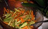 Asiatisch angehauchter Karotten-Gurken-Salat