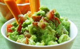 Gemüsestängchen mit Avocado-Dip