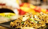 Platz 50: Chinesisch gebratene Nudeln mit Hühnchenfleisch, Ei und Gemüse