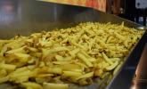 Fritten, keine Pommes (!) warten auf den doppelten Frittiervorgang