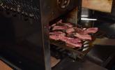 Damit das Fleisch möglichst zart und schnell gegrillt wird, arbeitet Juut Food mit dem Beefer