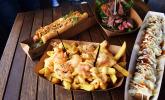 Für jeden etwas: Hot Dogs, Fritten, Grillfleisch & Frikandel