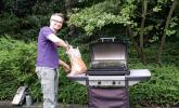 …und dann legt Olav los: Es gibt Steaks und Würstchen