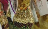 Geschenkidee: trockene Suppenzutaten in die Flasche geschichtet