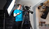 Kameramann Hank bedient die feststehende Kamera auf dem Podest