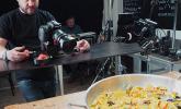 Ulf macht Bilder von der fertigen Paella