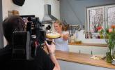 Rike präsentiert der Kamera den fertigen Rhabarberkuchen