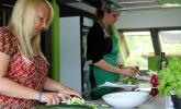 Anne Bartel und Katja Grüschow bei der Zubereitung der Dönerchen