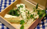 Pikanter Feta-Käsekuchen mit Wildkräutersalat und gefüllter Camenbert