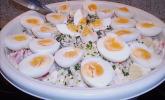 Kartoffelsalat mit Tomaten, Eiern und Salz-Dill-Gurken