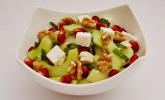 Gurkensalat mit Granatapfelkernen und Feta