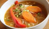 Asiatische Suppe mit Gemüse und Nudeln
