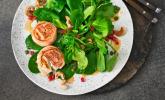 Feldsalat mit Granatapfel und Ziegenkäse im Speckmantel