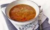 Suppe von rotem Curry mit Kokosmilch und schwarzen Linsen
