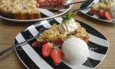 Erdbeer-Rhabarber-Tarte mit Mandelstreuseln