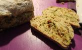 Brot mit Pesto, getrockneten Tomaten und Parmesan