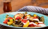 Mediterranes gebackenes Gemüse mit Joghurt-Tomatensauce