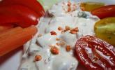 Cremiger Joghurt-Crème-fraîche-Dip mit frischen Tomaten und Basilikum