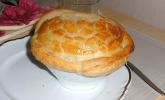 Scharfe Zwiebelsuppe mit Parmesan-Blätterteighaube