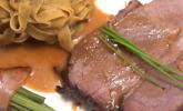 Hauptspeise: Lammkeule aus dem Römertopf mit Roquefort Kruste an Steinpilz Tagliatelle garniert von Princess Speckböhnchen