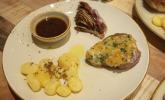 Hauptspeise: Filet von Simmentaler Fleckvieh und Wagyu mit Parmesankruste an Balsamico Jus