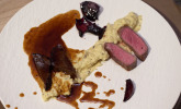 Hauptspeise: Kalbsbäckchen in Rosmarin-Balsamico-Jus, getrüffeltes Selleriepüree und Rotweinschalotten